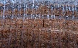 弄脏表面,在被铺的路下的石渣被挖掘了 库存图片