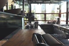 弄脏餐馆,没有人民,厨房后面地面的典型的厨房 免版税库存图片
