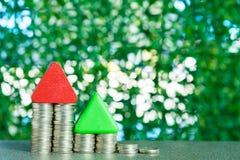 式样与步的房子木形式在桌上的硬币堆,真正的ES 库存照片