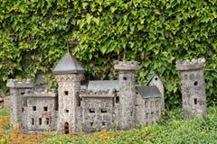 式样城堡作为装饰在庭院里 免版税图库摄影