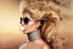 式样女孩画象佩带的太阳镜 免版税库存照片