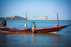 式样摆在海滩的葡萄酒小船 免版税库存图片