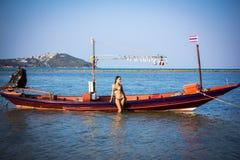 式样摆在海滩的葡萄酒小船 免版税库存照片