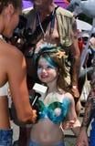 式样Hailey采取采访的Clauson在第34次每年美人鱼游行期间在科尼岛 免版税库存图片