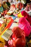 读仪式的孩子古兰经在古兰经的毕业。 库存照片