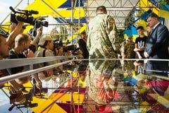 仪式致力天乌克兰的状态旗子 免版税图库摄影