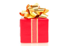 弓圣诞节金存在红色丝带 免版税图库摄影