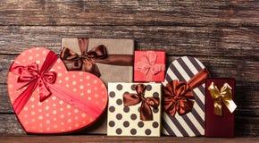 弓把欢乐礼品组图象查出的红色范围白色xxxl装箱 图库摄影