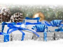 弓把欢乐礼品组图象查出的红色范围白色xxxl装箱 库存图片