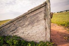 弓摒弃木小船 库存图片