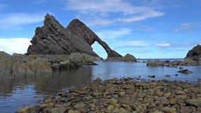 弓无意识而不停地拨弄岩石, Portknockie,苏格兰 影视素材