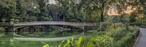 弓桥梁在夏天 库存照片
