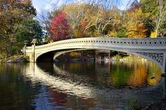 弓桥梁在秋天的中央公园 免版税库存照片