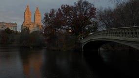 弓桥梁秋天颜色在纽约中央公园秋天早晨 股票录像