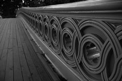 弓桥梁篱芭在关闭的看法,中央公园 图库摄影