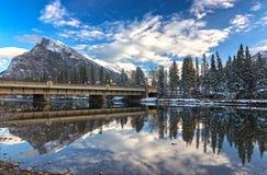 弓河桥梁和山Rundle班夫亚伯大加拿大 免版税库存照片
