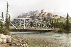 弓河桥梁和Castlew山 免版税库存图片
