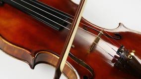 弓沿小提琴串移动 小提琴甲板的精采美丽的木头 特写镜头 股票录像