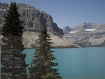 弓湖,阿尔伯塔加拿大的五颜六色的图片在一个晴天在夏天 库存照片