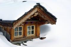 弓瑞士山中的牧人小屋视窗 免版税库存照片