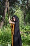 画弓的美丽的妇女 图库摄影