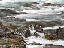弓秋天瀑布的小被隔绝的部分在班夫加拿大 免版税库存照片