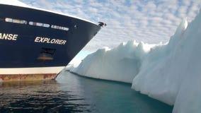 弓船的人在冰和冰山背景在北极海洋  股票录像