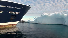弓船的人在冰和冰山背景在北极海洋  影视素材