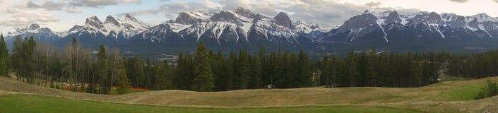 弓谷Canmore亚伯大山麓小丘宽全景风景 库存照片