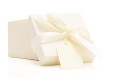 弓配件箱色的奶油色礼品名牌 库存照片