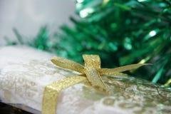 弓金黄圣诞节的礼品 库存图片