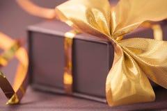 弓金黄配件箱的礼品 免版税库存照片