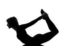弓dhanurasana姿势向上urdhva女子瑜伽 免版税库存图片
