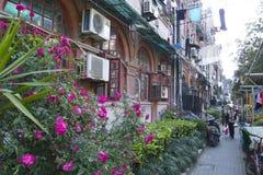引人入胜的上海,中国街道和贸易:老犹太邻里的门面在法国让步附近的 免版税库存图片