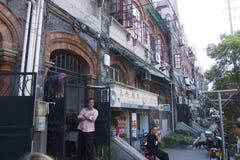 引人入胜的上海,中国街道和贸易:老犹太邻里的门面在法国让步附近的 免版税图库摄影