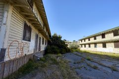 引人入胜的停止活动和腐朽的房子在蒙特里,加利福尼亚附近的一个被放弃的区域 库存照片