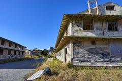 引人入胜的停止活动和腐朽的房子在蒙特里,加利福尼亚附近的一个被放弃的区域 免版税库存图片