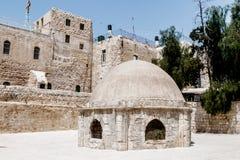 引伸在圆顶的庭院里在圣墓教堂附近的埃赛俄比亚的修道院里在老城耶路撒冷, 图库摄影