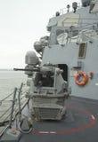 引导导弹驱逐舰USS McFaul的MK-38 25mm链枪在舰队星期期间2014年 免版税库存照片