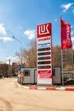 引导标志,被表明燃料的价格在加油站L的 免版税库存图片