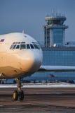 引导莫斯科多莫杰多沃机场平台的伊柳申Il62M  免版税库存照片