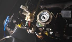 引擎一辆老汽车的启动键孔 库存图片