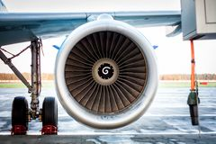 引擎和乘客飞机主起落架特写镜头  库存照片