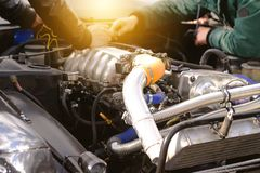 引擎和汽车电工的检查和诊断在服务中心 免版税库存照片