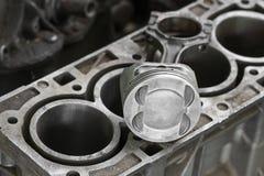 引擎或机器的活塞,活塞和标尺为检查去除并且检查,从工作操作,车库Se的机器损伤 免版税库存照片