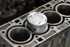 引擎或机器的活塞,活塞和标尺为检查去除并且检查,从工作操作,车库Se的机器损伤 库存照片