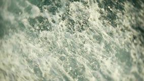 引擎推进器搅动在波浪和苏醒的水 水浪花从船的推进器的在公海 4K 股票视频