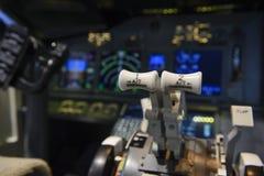 引擎杠杆在班机的驾驶舱内 免版税库存图片