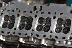 引擎的气缸盖和损坏从产业工作,被去除的气缸盖为检查并且替换入口和排气门 免版税库存图片