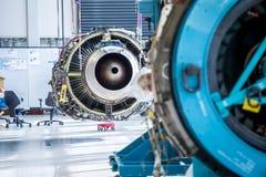 引擎的维护在巨大的工业大厅里 库存图片